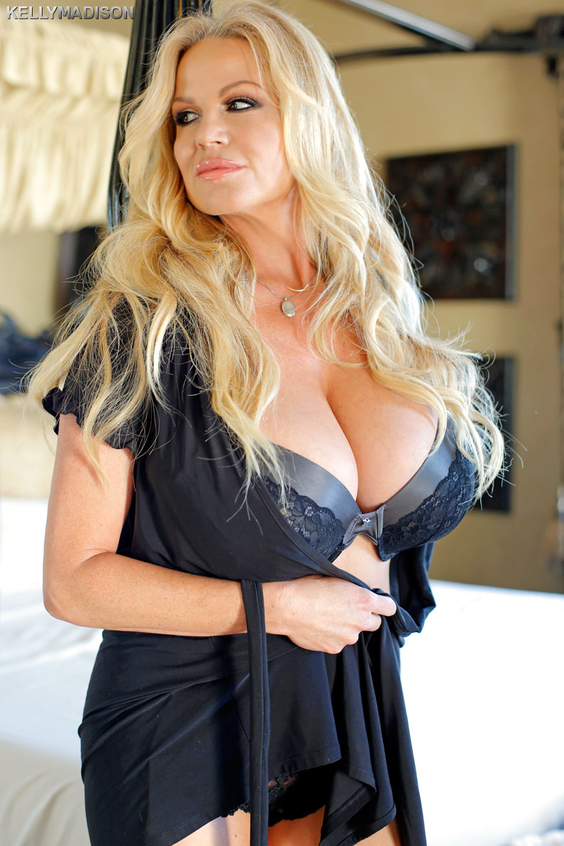 Kelly Madison is showing her natural big tits in a sexy underwear № 26170 бесплатно