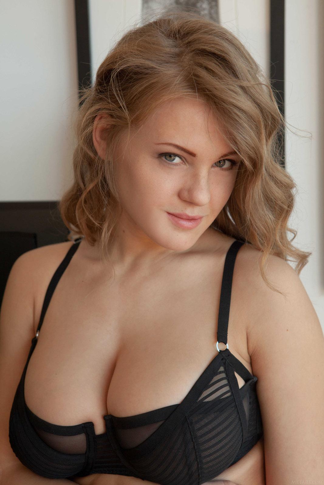 Amateur big boobed girlfriend sucks dick 6