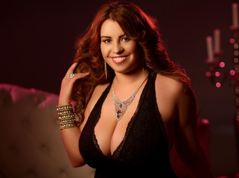 Busty Gizelle Curvy Webcam Model