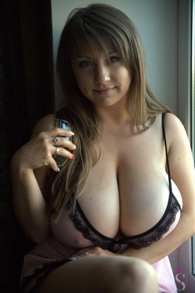 Samanta Lily Window Peek Breasts