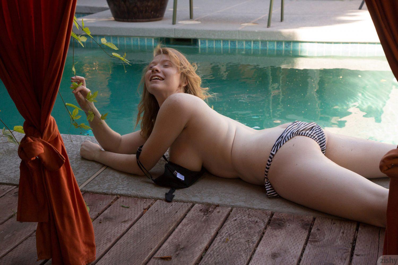 Irelynn Dunham Going Shopping for Zishy - Curvy Erotic